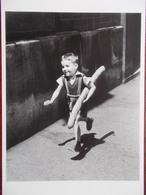 PHOTOGRAPHE - Willy RONIS - Le Petit Parisien. (Enfant Avec Une Baguette De Pain) - Doisneau