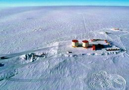 1 AK Antarktis * Station Dome C (Concordia) - Luftbildaufnahme - Französisch + Italienische Forschungsstation - Ansichtskarten
