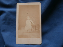 Photo CDV  Lacroix à Moulins Fillette  Main Sur Un Livre Posé Sur Une Chaise - CA 1870 - L363 - Photos
