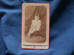 Photo CDV  Chauvigné à Tours  Petite Fille Tenant Un Bouquet Avec Des Cerises (Marie Duchene) - CA 1885 - L363 - Foto's