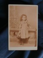 Photo Cabinet Sans Mention Photographe  Jolie Fillette Tenant Un Panair En Osier - CA 1890 - L367 - Foto's