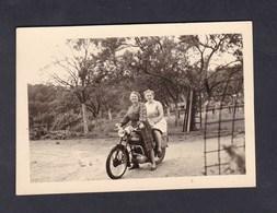 Photo Originale Vintage Snapshot 1956 Deux Femmes Sur Moto Terrot Archives Taron Negociant Vins Bazoilles Sur Meuse - Automobili