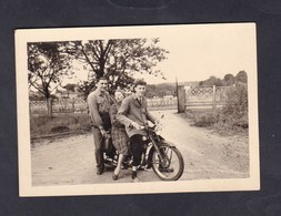 Photo Originale Vintage Snapshot 1956 Trois Personnes Sur Moto Terrot Archives Taron Negociant Vins Bazoilles Sur Meuse - Automobili