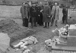 PHOTO ANCIENNE ANNEES 30 CURE EVREUX UNE FEMME MORTE DANS UN CIMETIERE LES POLICIERS - Diapositiva Su Vetro
