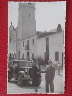 FOTO FOTOGRAFÍA OLD PHOTO A IDENTIFICAR GRUPO DE PERSONAS ANTIGUO COCHE DE ÉPOCA JUNTO A IGLESIA ? TORRE. CAR AUTOMÓVIL - Coches