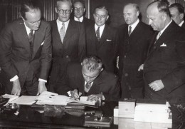 Affaires Etrangeres Accord Franco-Tcheque Hubert Ripka Georges Bidault Ancienne Photo De Presse 1945 - Famous People
