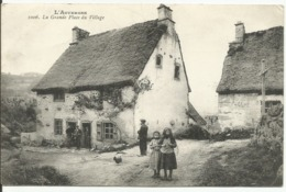 AUVERGNE....la Grande Place Du Village.....carte Animée , Campagnarde ,,ecrite à Un Soldat En 1916 - France