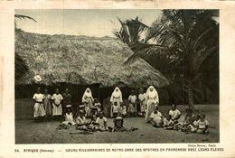 DAHOMEY SOEURS MISSIONNAIRES DE NOTRE DAME DES APOTRES EN PROMENADE AVEC LEURS ELEVES - Dahomey