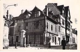COMMERCE Magasins - 77 - MORET : Magasin ( Vieille Maison ) Des SUCRES D'ORGE Religieuses Du Moret - CPSM PF Seine Marne - Winkels