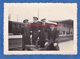 Photo Ancienne - MIRAMAS - Portrait D' Officier Aviateur à La Gare - 1937 - Chemin De Fer Wagon Aviation - Trains