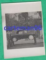 Automobile - 3 Homme Portant Une Voiturette Mochet G.M 125 De Luxe - Format  8.2 X 6 Cm - Automobiles