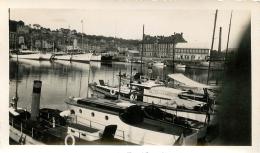 PHOTO  TROUVILLE DEAUVILLE  1933 LE BASSIN DES YACHTS  ET VOILIERS   FORMAT  11.50 X 7.00 CM - Places