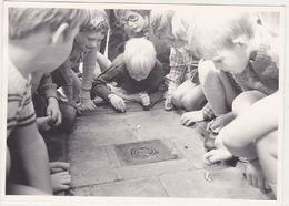 Photo NEDERLAND Hollande Flandre Belgique -ecole Eleve Recreation Jeux Billes 1960 - Scholl Leerling Speeltuin Knikker - Lieux