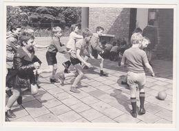 Photo NEDERLAND Hollande Flandre Belgique -ecole Eleve Recreation Jeux Football 1960 - Scholl Leerling Speeltuin  Jongen - Sports