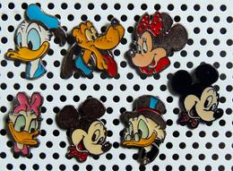 Lot De 7 Pin's DISNEY Fabrication BERTONI Milano Dont 6 Argentés Et 1 Métal Noirci - Disney