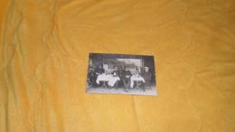 CARTE POSTALE PHOTO ANCIENNE NON CIRCULEE DATE ?. / CAFES OU RESTAURANT NON SITUE  SCENE REPAS. - Cafés