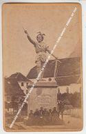 ORIGINALBILD PHOTO CARTE DE VISITE WILHELM TELL DENKMAL ZU ALTDORF UM 1880-1900 / SCHÖN ANIMIERT / DENKMAL MIT TEXT - UR Uri