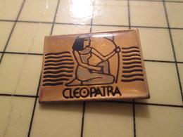 PIN417 Pin's Pins / Rare Et Beau : PERSONNES CELEBRES / CLEOPATRE CLEOPATRA REINE D'EGYPTE - Celebrities