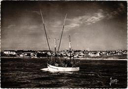 AUDIERNE (29) Un Thonier Rentrant Au Port - Belle Carte - Audierne