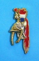 1 PIN'S // ** CASQUE TROMPETTE MAJOR / GARDE RÉPUBLICAINE À CHEVAL / PLUMET TRICOLORE / CRINIÈRE ROUGE **. (Boussemart) - Militares