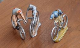 Lot De 3 Figurines En Métal (Alu?): Coureur Cycliste De 5 Cm - 2 Coureurs Avec Un Socle - Figurines