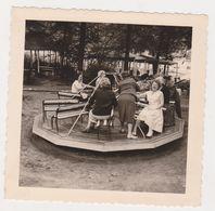 26496 Cinq 5 Photo Belgique - Jeux Enfant Avec Adulte Tourniquet Balançoire Tobogan -vers 1960 - Sports