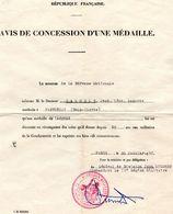 -- AVIS DE CONCESSION D'UNE MEDAILLE -- - Documents