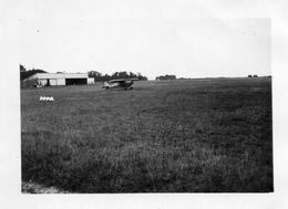 PHOTO  ANCIENNE -   Aérodrome, Petit Avion Sur Le Tarmac  ( Région  Le HAVRE ? )   1933 - Aviation