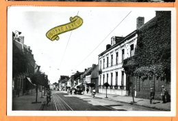 P253, Halluin, Nouvelle Mairie Et Rue De Lille, Animée, Bonne Année, édit. Fauchois, Circulée 1959 - Altri Comuni