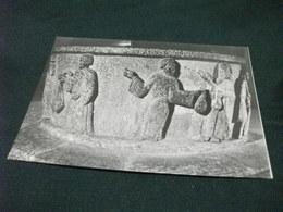 CHIAVENNA FONTE BATTESIMALE IN PIETRA OLLARE  SCULTURE IN BASSORILIEVO IL TURIFERARIO E DUE CHIERICI CON AMPOLLE OLI - Sculture