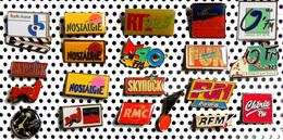 Lot De 20 Pin's Sur RADIO FM Dont 3 émaillés RTL RMC NOSTALGIE M40 NRJ SKYROCK RADIO-FRANCE O'FM FUN RFM ... - Médias