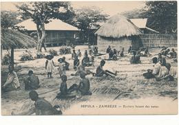 ZAMBIE - Sefula, Zambeze - Ecoliers Faisant Des Nattes - Zambie