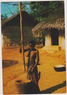 Afrique, Femme Africaine Au Travail ,pileuse Du Village, Seins Nus,maisons En Paille,sex,nu - Kinshasa - Léopoldville