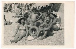 REAL PHOTO Ancienne - Cute Little Girl Kid W Parents Woman Man On Beach, Fillette Avec Parents Sur Plage Photo ORIGINAL - Photos
