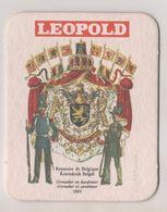 SOUS BOCK BIERE LEOPOLD SIGNE FUNCKEN - UNIFORMES ROYAUME DE BELGIQUE, GRENADIER ET CARABINIER DE 1885, VOIR LE SCANNER - Sous-bocks