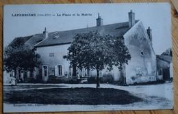 21 : Laperrière - La Place Et La Mairie - Animée : Petite Animation En Arrière-plan - (n°10474) - France