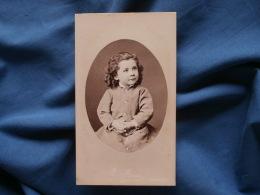 Photo CDV  Furst à Nantes  Jolie Fillette  Cheveux Frisés, Mains Jointes - Second Empire - CA 1865 - L370 - Photos