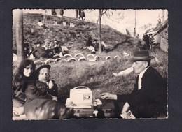 Photo Originale Vintage Snapshot Non Située Repos Pique Nique Militaire Jeune Femme Poste Radio Transistor Mars 1961 - Oorlog, Militair