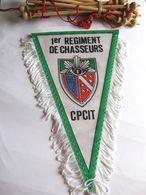 ANCIEN FANION BI FACE REGIMENT DE CHASSEURS 1° RC CPCIT (COMPLET AVEC BARRE D'ATTACHE) ETAT EXCELLENT - Flags
