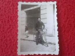 ANTIGUA FOTO FOTOGRAFÍA OLD PHOTO HOMBRE JOVEN EN BICICLETA BICI BICYCLE CON TINTORERÍA Y NIÑA AL FONDO. VER FOTO/S Y DE - Ciclismo