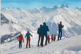 73  -  CPSM  De  LE  CORBIER  Alt. 1550 M - Skieurs , Depuis Le Sommet Des Pistes , Panorama Sur Les Aiguilles D ' Arves - France