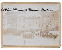 LISIEUX 14 JUILLET 1897 - CEREMONIE FETE NATIONALE PLACE THIERS MITTERAND - CALVADOS - CDV PHOTO 12.5 X 9.5 CM - Guerre, Militaire