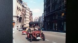 DÉFILÉ DE VOITURES DU DÉBUT DU XXe SIÈCLE DANS UNE RUE DE BELGIQUE EN 1985 -1986 LOT 9 PHOTOS ORIGINALES AUTOMOBILES - Automobiles