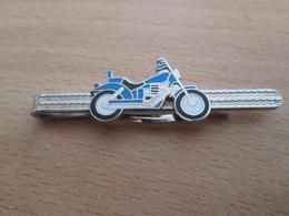 Etat Neuf : PINCE DE CRAVATE METAL ARGENT AVEC UNE MOTO BLEUE EN DECORATION - Manschetten- U. Kragenknöpfe