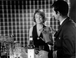 PHOTO MICHELINE PRESLE ET JEAN CLAUDE BRIALY  IL FAUT QU'UNE PORTE 1964 FORMAT  24 X 18.50 CM - Personalidades Famosas