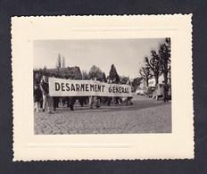 Photo Originale Vintage Snapshot Manifestation Pour Le Desarmement General Manifestants Voiture Citroen 2CV - Foto