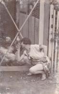 CARTE PHOTO DE FEMME DEVANT UN POULAILLER / POULES - Photographie