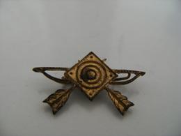 Pin's Badge Broche Ancienne En Métal Tir à L'arc Archer Compagnie D'Arc Archerie Cible Fléche BOUQUET - Tiro Con L'Arco