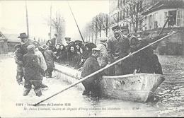 Ivry - Inondations De Janvier 1910 - M. Jules Coutant, Maire Et Député Visitant Les Sinistrés - Carte E.M. Non Circulée - Inondations