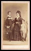 Fotografia Antiga De Senhora Com Dois Filhos. Old CDV Carte De Visite Photo PORTUGAL - Ancianas (antes De 1900)